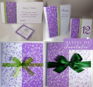 Invitatia simfonie armonioasa cu meniu si place card coordonat lila verde