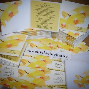 Invitatia de nunta Orhidee galbena este pliabila, nu necesita plic. Culorile utilizate sunt alb,galben si subtile tente de roz si crem. - altfeldeinvitatii.ro