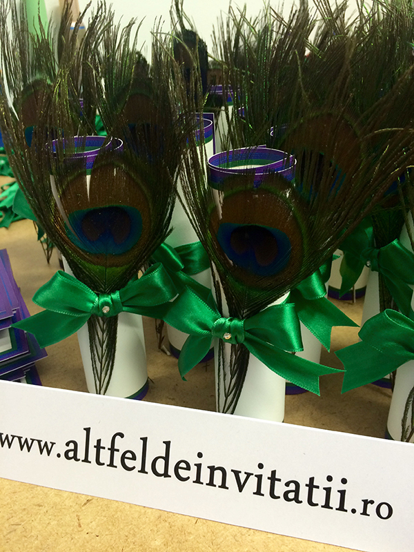 invitatii de nunta pline de culoare si accesorizate cu pana naturala de paun.