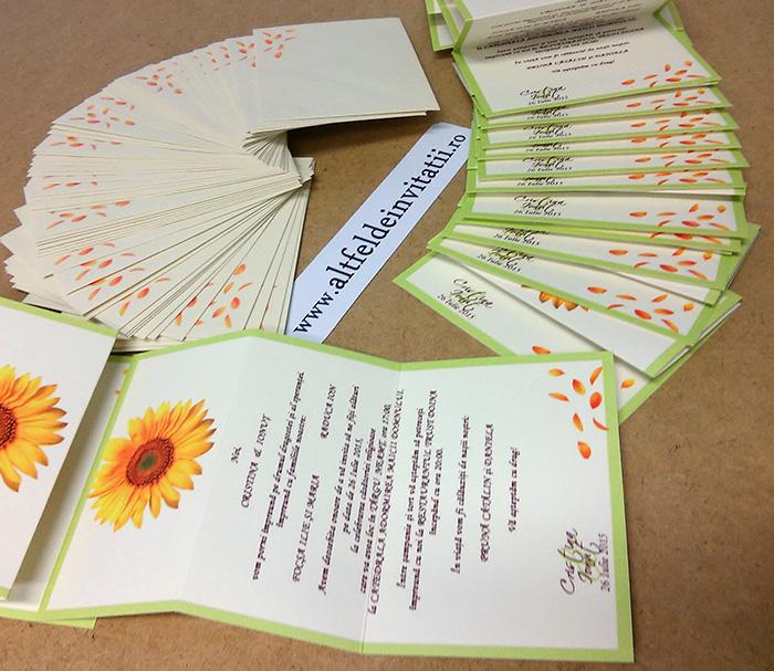 Altfel de invitatii personalizate cu flaorea soarelui si plic crem personalizat