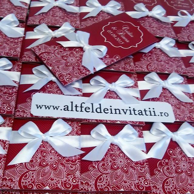 Invitatia de nunta Legamant bordo este formata din trei parti, fiind accesorizata cu o fundita alba - altfeldeinvitatii.ro