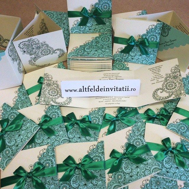 Invitatia de nunta Viata in roz verde este de tip confetti, cu imprimeu grafic si accesorizata cu fundita de un verde intens - Altfel de invitatii