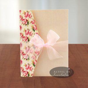 Invitatia de nunta Dulce pretuire  are imprimeu floral, vintage si accesorizat acu fundita diafana - altfeldeinvitatii.ro