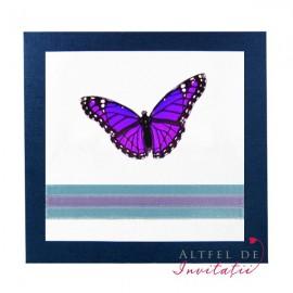 Invitatia de nunat Culoarea dragsotei se remarca printr-un contrast puternic intre fluturasul mov, imprimeul alb si conturul albastru, ideala pentru un cuplu romantic - altfeldeinvitatii.ro