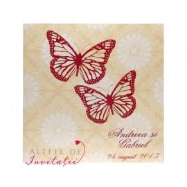 Invitatia de nunta Dansul fluturilor este realizata pe un carton special, in culorile contrastnte crem si rosu aprins,  fiind accesorizat cu fluturasi - altfeldeinvitatii.ro