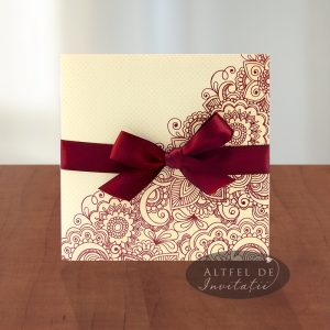 Invitatie de nunta Viata in roz - grena se distinge prin imprimeul grafic si fundita de saten grena - altfeldeinvitatii.ro
