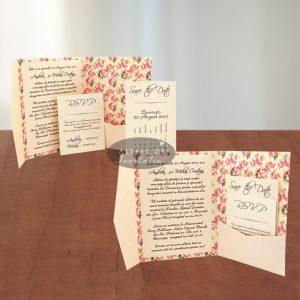 Invitatia de nunta Dulce pretuire cu buzunar pentru carduri. Contine imprimeu floral si accesorizata cu fundita.