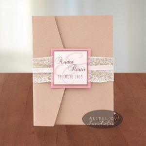 Invitatia de nunta Inima ta ce se inchide in V, accesorizata cu dantela, ce tine inchisa invitatia.