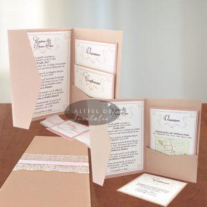 Invitatia de nunta Inima ta se pliaza in trei parti, se inchide in V si este accesorizata cu un cartonas lrgat cu dantela ce contine numele mirilor- altfel de invitatii