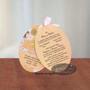 Invitatia de nunta momentul nostru este speciala prin modelul sau oval si prin culorile pastelate, fiind accesorizata cu o fundita de organza - altfeldeinvitatii.ro