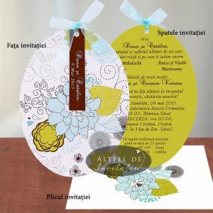 Invitatia de nunta momentul nostru este formata din doua cartonase ovale, pe un fond pastelat cu o tenta de verde si albastru, accesorizata cu o fundita albastra - altfeldeinvitatii.ro