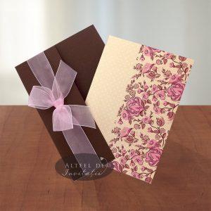 Invitatia Prima intalnire este introdusa intr-o coperta maro accesorizata cu o fudnita de organza roz - altfeldeinvitatii.ro
