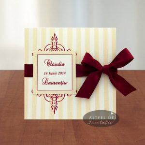 Invitatia de nunta Ciocozmeura contine un imprimeu minimalist accentuat de un chenar cu numele mirilor s o fundita  de saten - altfeldeinvitatii.ro