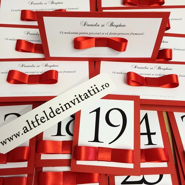 Place card-uri cu buzunar interior, plicuri de bani si numere de masa accesorizate cu panglica de satin rosie - Altfel de invitatii