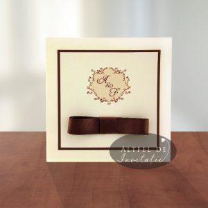 Invitatia de nunta Cafea cu zahar crem si accesorizata cu papion de saten - altfeldeinvitatii.ro