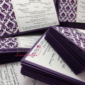 Invitatia de nunta Eleganta contemporana contine un imprimeu damask, in culori de mov si alb - altfeldeinvitatii.ro