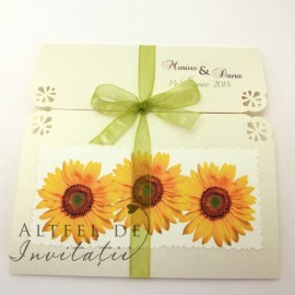 Invitatie de nunta Floarea soaelui, pliabila si accesorizata cu fundita verde de organza -altfeldeinvitatii.ro