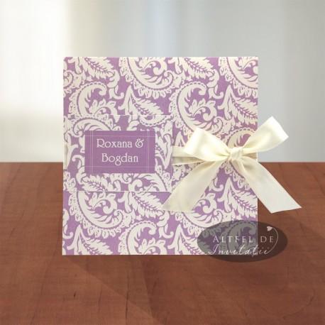 Invitatia de nunta Zambet cald intregeste un decor floral, fiind accesorizata cu o fundita eleganta de saten - altfeldeinvitatii.ro