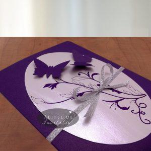 Invitatie de nunta zbor de fluturi formata din doua parti, contrastate cu un carton oval argintiu si decorate cu fluturasi mov - altfeldeinvitatii.ro