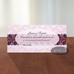 Place cardul Dragoste nebuna este delicat si se remarca prin contrastul dintre dantela maro si decorul roz iluminat cu numele mirilor - altfeldeinvitatii.ro