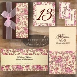 Papetaria de nunta Prima intalnire are un imprimeu floral deosebit, iar invitatia este accesorizata cu  fundita diafana de organza - altfeldeinvitatii