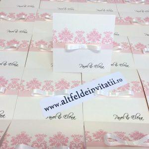 Invitatia de nunta Delicii roz prafuit este romantica si accesorizata cu o panglica de saten - altfeldeinvitatii.ro