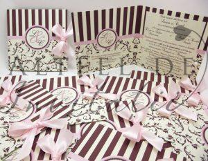 Invitatie de nunta Paris personalizata cu fundita, este pliabila si accesorizatq cu o fundita roz de saten - altfeldeinvitatii.ro