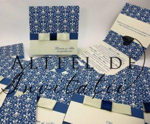 Invitatie de nunta personalizata Delicii crem - albastru este pliabila si accesorizata cu o panglica tip papion - altfeldeinvitatii.ro