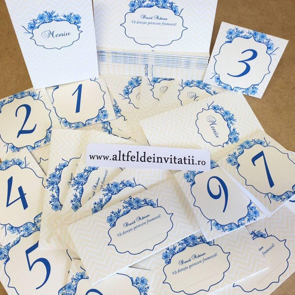 Invitatie personalizata Regina noptii pe albastru este eleganta si stralucitoare, continand o grafica artistica in nuante deschise de albastru - altfeldeinvitatii.ro