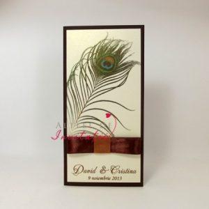 Invitatie de nunta Paun imprimata pe un carton special, fata verso, avand ca accesoriu o panglica tip papion maro de satin - altfeldeinvitatii.ro