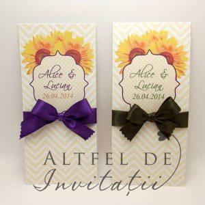 Invitatia de nunta Regina noptii personalizata cu floarea soarelui este rustica si eleganta, accesorizata cu fundita mov de saten - altfeldeinvitatii.ro