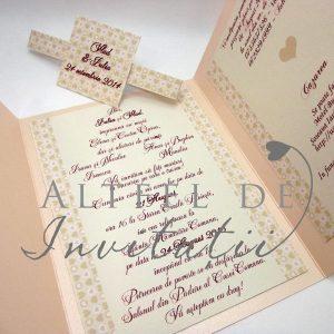 Invitatia personalizata Inima ta este pliabila in trei parti si are un decor stralucitor si romantic - altfeldeinvitatii.ro