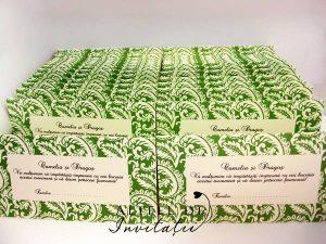 Invitatie personalziata Zambet cald verde este eleganta si stilata, accesorizata cu funda de satin - altfeldeinvitatii.ro