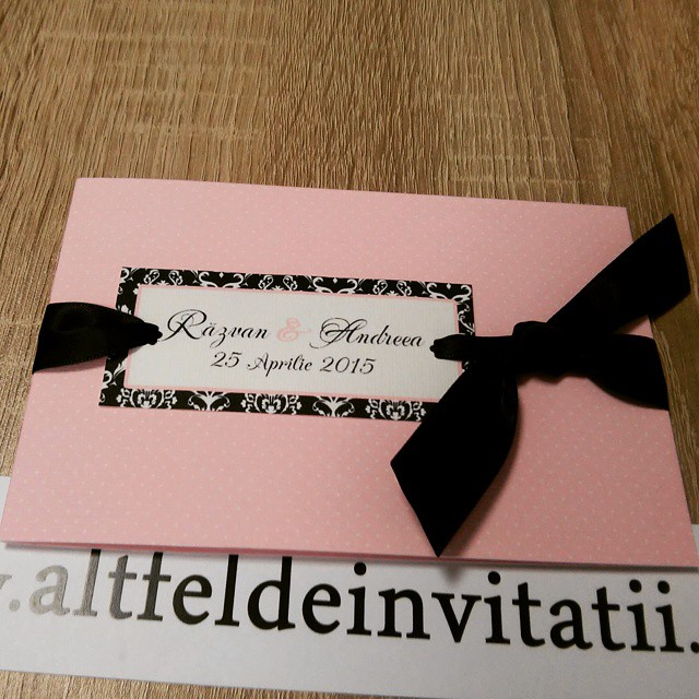Invitatie de nunta personalizata Tango roz este foarte eleganta si dulce, legata cu o fundiat neagra de saten tip nod - alltfeldeinvitatii.ro
