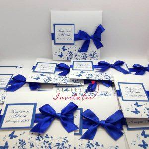 Invitatie de nunta CN1 combinata cu Ciocozmeura este foarte colorata si accesorizata cu fundita albastra de satin - altfeldeinvitatii.ro