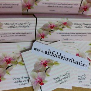 Invitatia de nunta Orhidee roz prafuit este realizata pe un imprimeu in dungi,fiind eleganta si fresh. - altfeldeinvitatii.ro