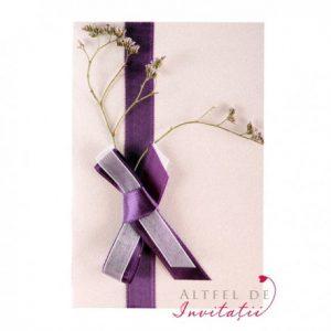 Invitatia de nunta Mereu impreuna are un design delciat fiind tinuta inchisa cu o panglica de satin mov - altfeldeinvitatii.ro