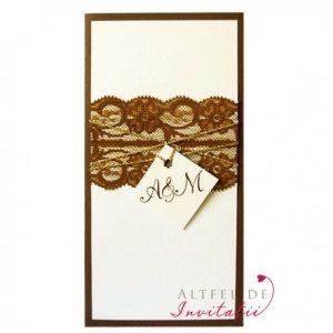 Invitatie de nunta Monograma cu stil are un decor suav si contrastant fiind accesorizata cu panglica de dantela cu model special - altfeldeinvitatii.ro