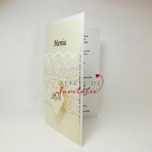 Meniul de nunta Monograme cu stil este elegant si contine o panglica alba de dantela si o monograma cu numele mirilor - altfeldeinvitatii.ro
