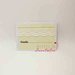 Place card de asezare Monograma cu stil decorat cu dantela aplicata in nuante de alb, avand o forma speciala- altfeldeinvitatii.ro