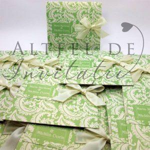 Invitatie personalizata Zambet cald - verde accesoriza cu fundita crem de satin pe fundal crem si grafica expresiva - altfeldeinvitatii.ro