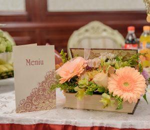 Meniu Viata in roz integrat in decorul de nunta