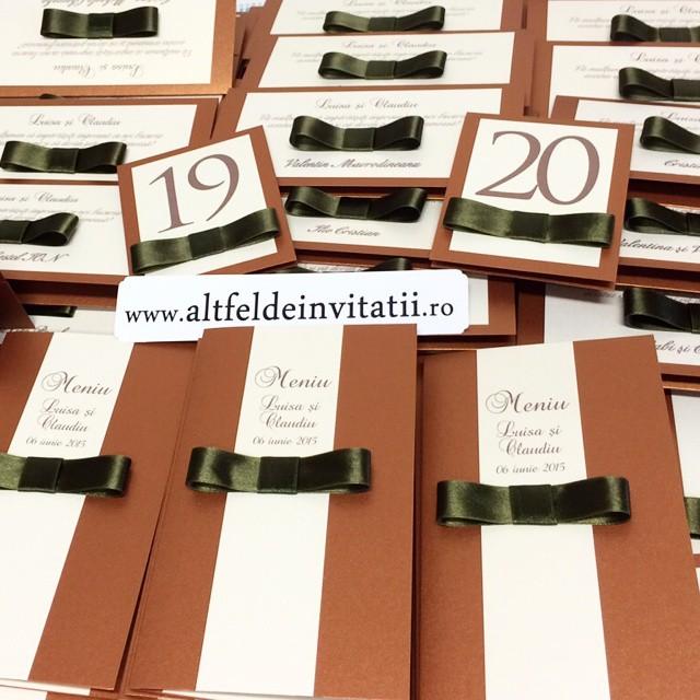 Invitatii de nunta, placecard-uri si meniuri din setul de papetarie Cafea cu Zahar, disponibil pe altfeldeinvitatii.ro